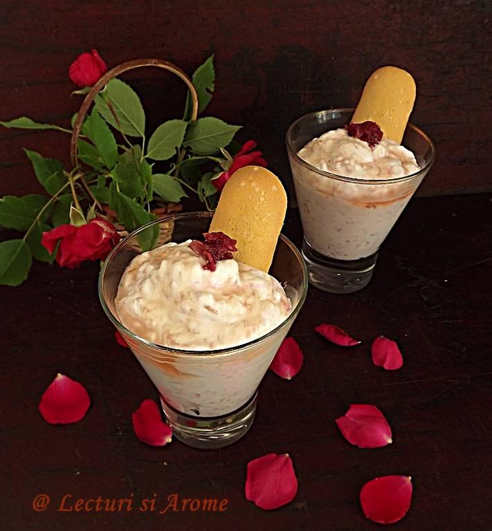 Desert rapid cu frisca si dulceata de trandafiri
