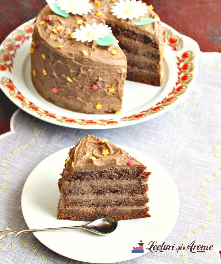 tort simplu cu crema de ciocolata neagra