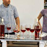 8 lucruri pe care ar trebui să le știi despre deschiderea și servirea unei sticlei cu vin