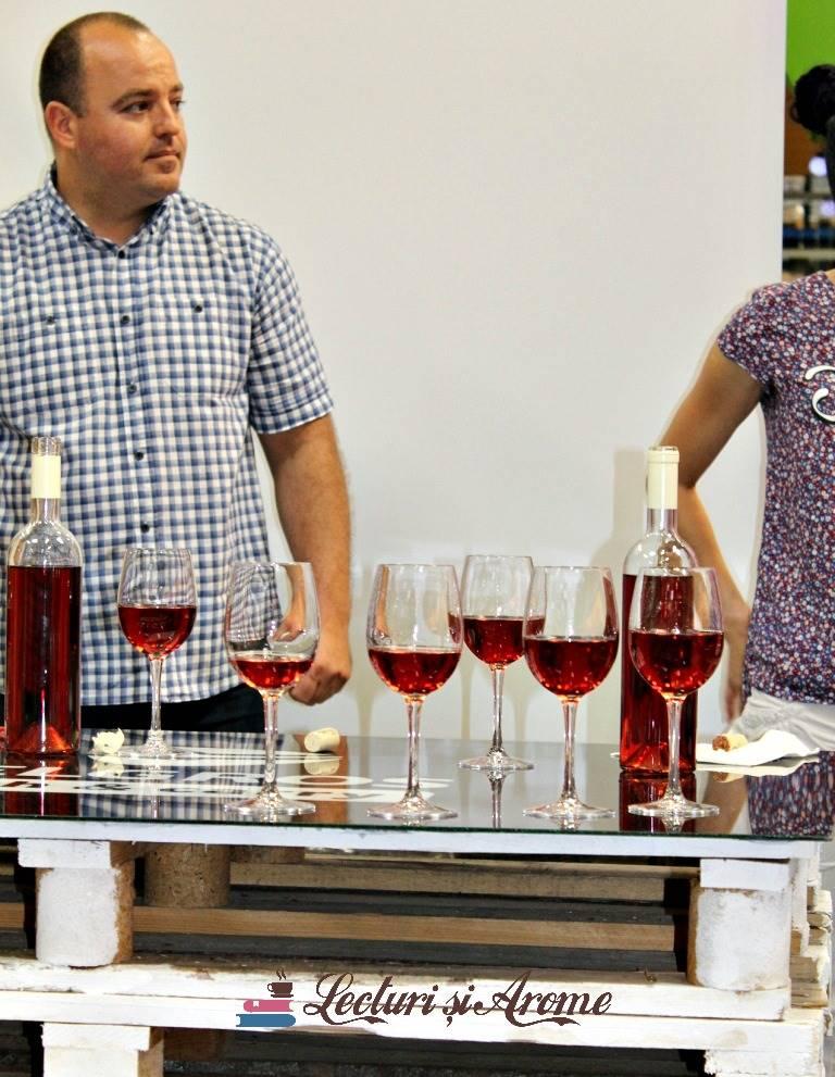 curs deschiderea și servirea unei sticle cu vin