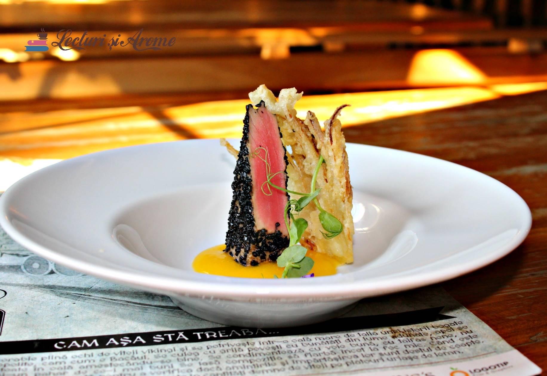 ton roșu în crustă de susan negru