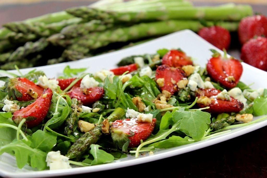 Salată de sparanghel cu căpșuni și brânză