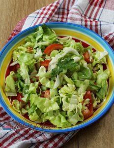 salată verde cu roșii și castraveți