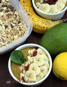 smoothie bowl cu avocado și musli