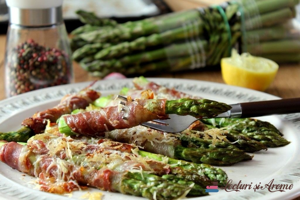 Sparanghel învelit în bacon cu parmezan, gătit la cuptor