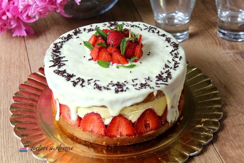 tort cu cremă de vanilie și căpșuni