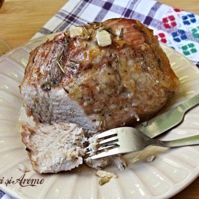 Pulpa de porc la cuptor cu vin și usturoi