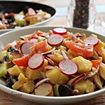 Salată de cartofi de post cu roșii și castraveți