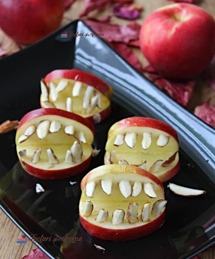 guri înspăimântătoare din măr pentru Halloween