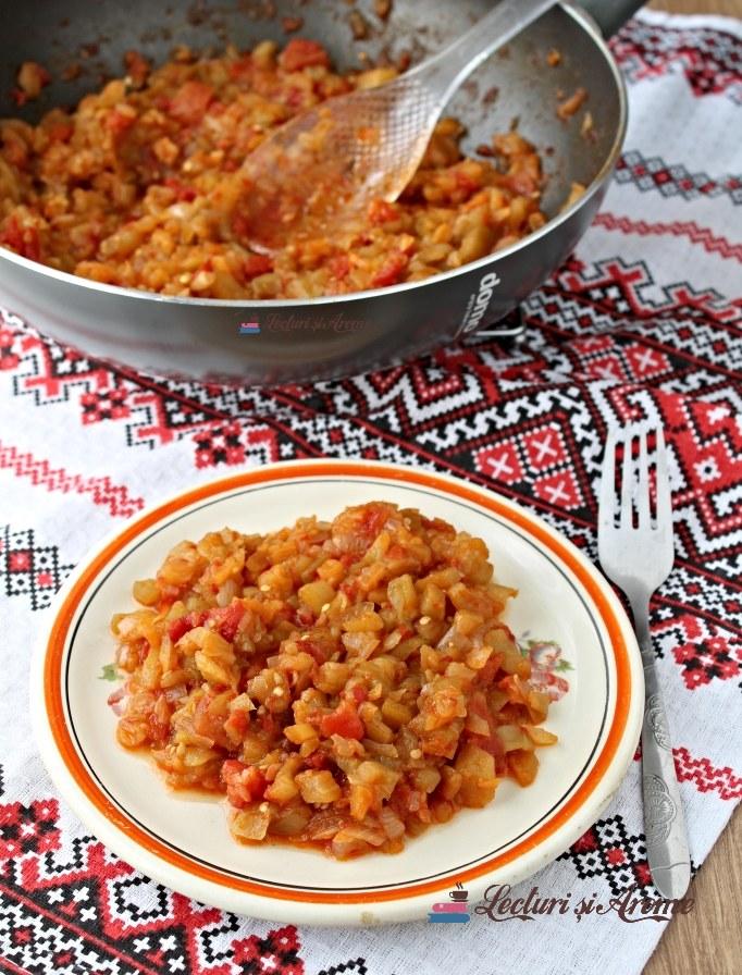 mâncare de vinete cu roșii și ceapă