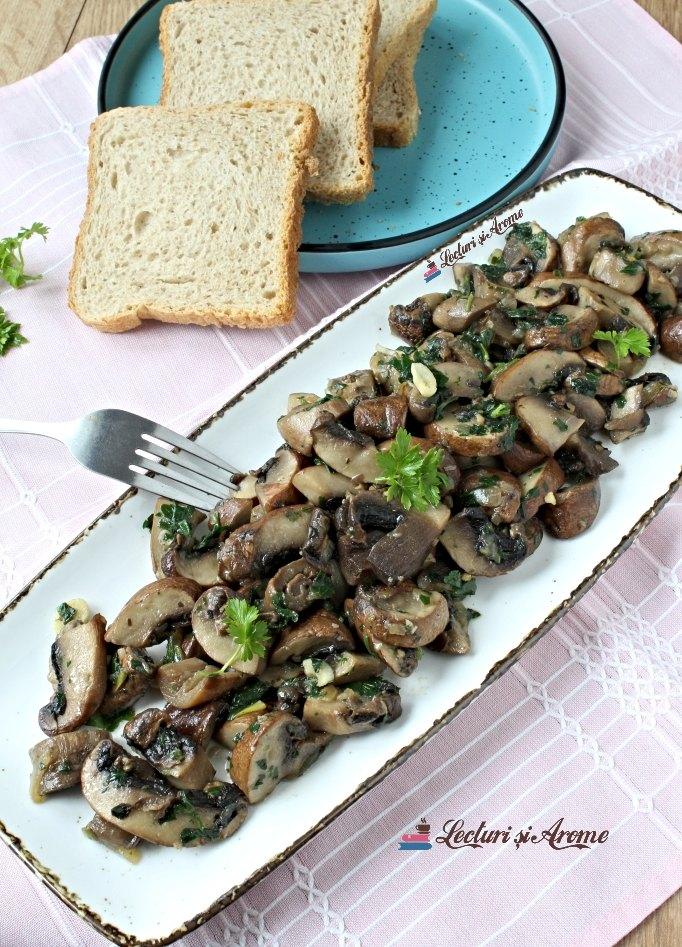 ciuperci la tigaie cu ceapă și usturoi